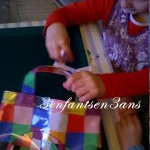 Ririe range les étiquettes dans un sac 'fashion' lui appartenant
