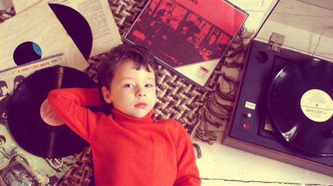 Enfant tourne disque