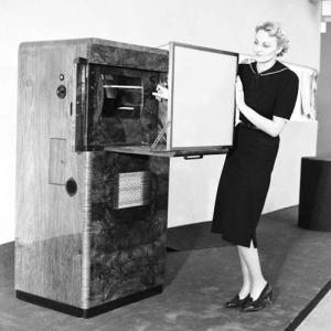 3enfantsen3ans woman-demonstrating-the-ecko-scophony-tv-receiver1