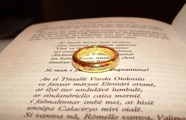 800px-El_Señor_de_los_Anillos_lectura.jpg