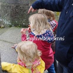 3 enfants qui regardent la mer à St Malo
