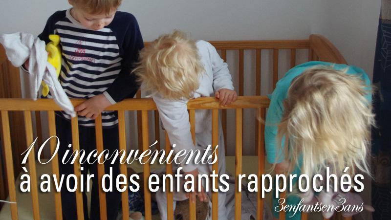 3 enfants en 3 ans dans un lit bébé qui jouent
