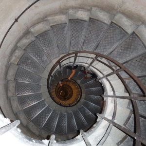 3 enfants en 3 ans escalier spirale.jpg